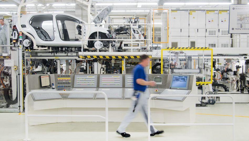 Fertigungsstrecke im Volkswagen Werk in Wolfsburg.