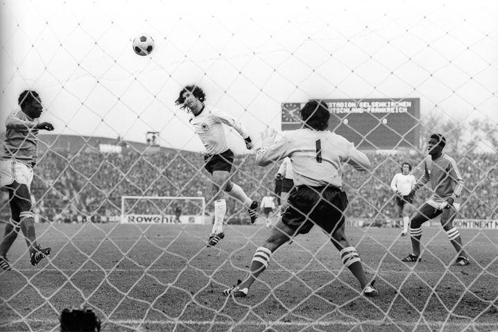 So sahen die anderen das Spiel: Gerd Müller trifft in Schwarzweiß