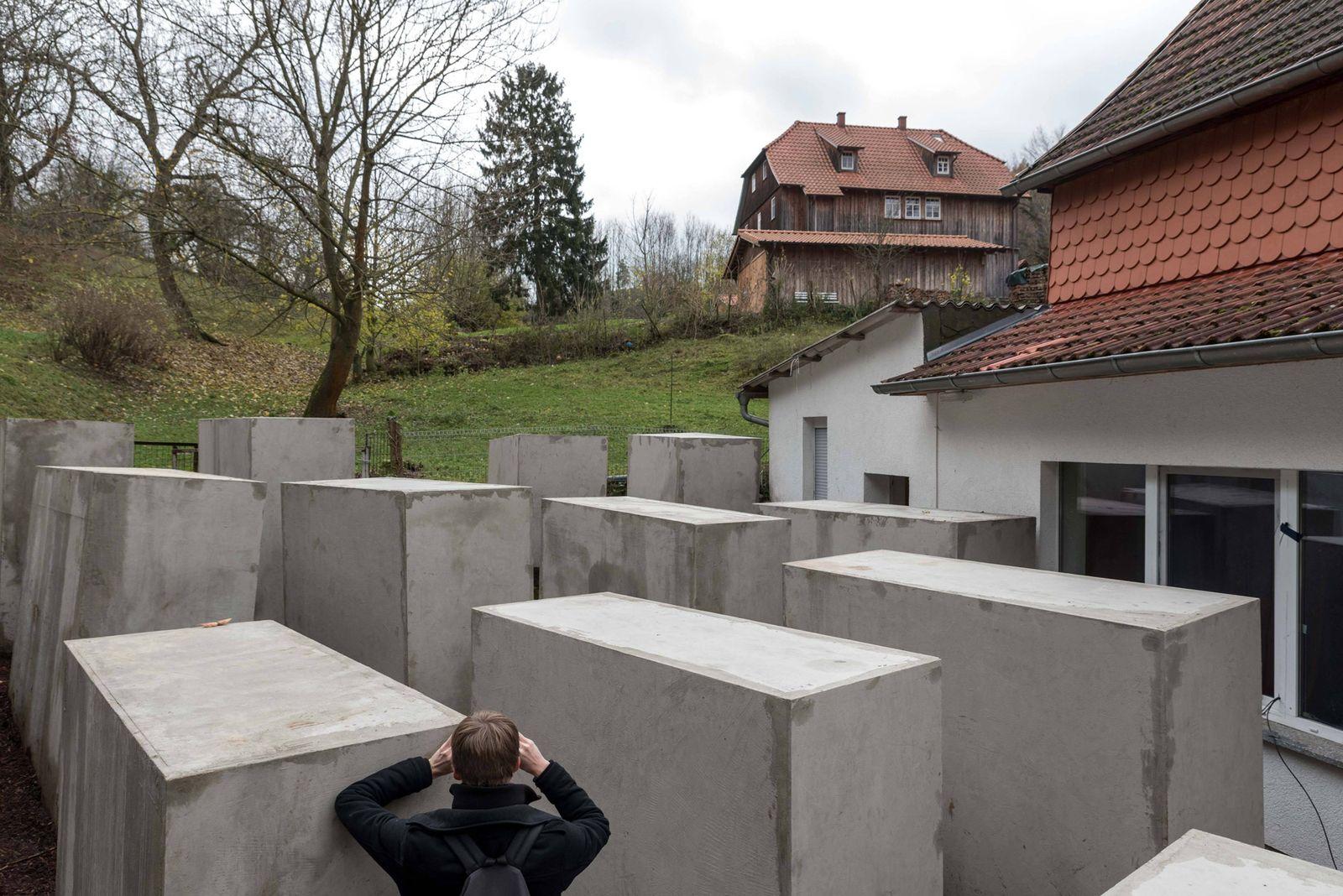 EINMALIGE VERWENDUNG Nachbau/ Holocaust-Mahnmal/ Höcke