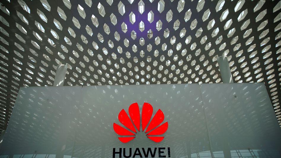 Huawei-Logo am Flughafen Shenzhen in China