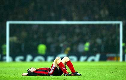 Am Boden zerstört: Leverkusens Oliver Neuville nach der Final-Niederlage