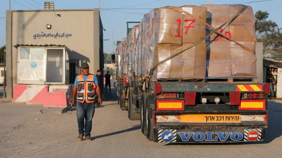 Ein Lkw passiert den Kerem-Schalom-Grenzübergang zwischen Gaza und Israel