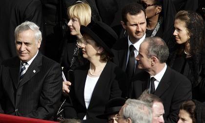Totenmesse für den Papst: Begegnung von Katzav (l.) mit Assad (3 v.l.)