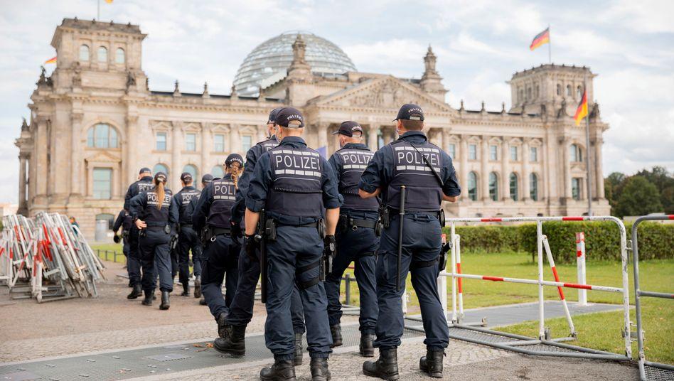 Polizisten vor dem Berliner Reichstagsgebäude