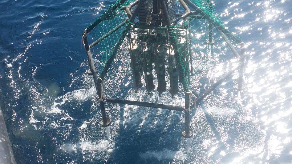Krahn des Forschungsschiffs »Sonne« beim Einsatz über dem Kurilen-Kamtschatka-Graben