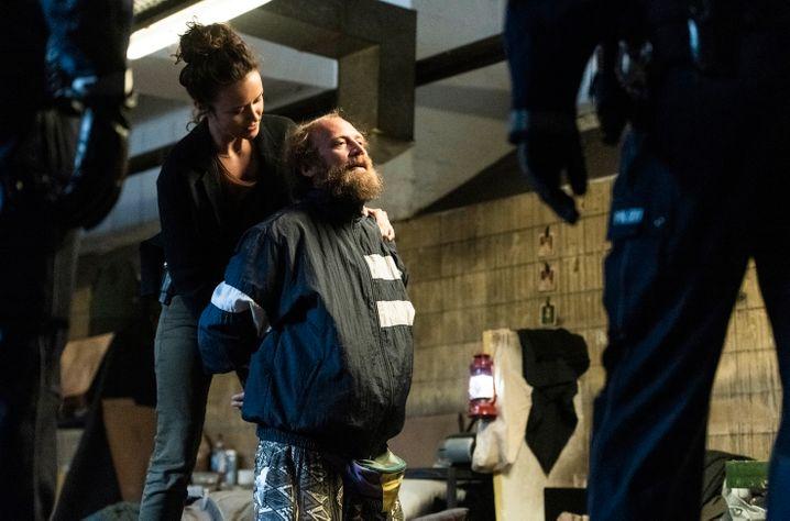 Natalie Förster (Tinka Fürst) bei Untersuchungen im Obdachlosenmilieu: Mal schrill, mal seifig
