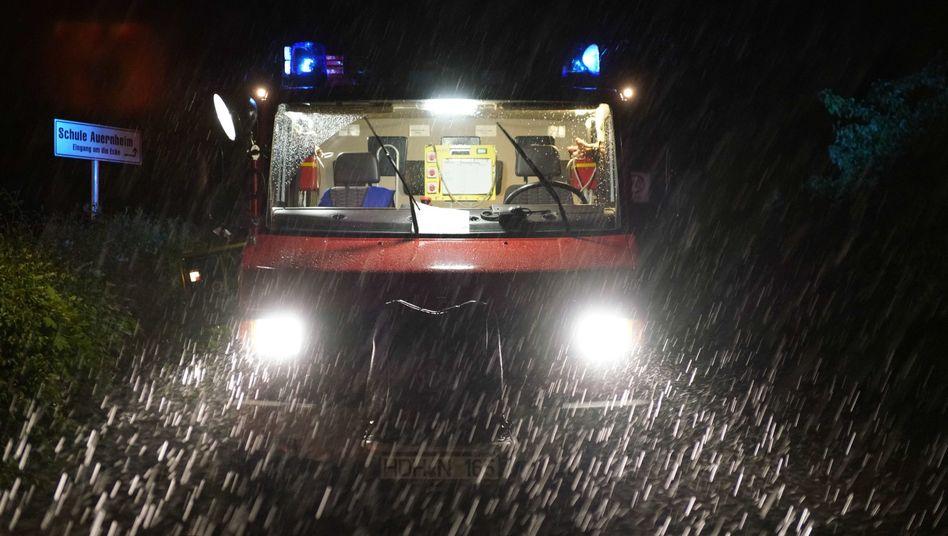 Feuerwehrwagen in Baden-Württemberg: Trotz Warnungen gab es in Deutschland zahlreiche Unfälle wegen der Unwetter