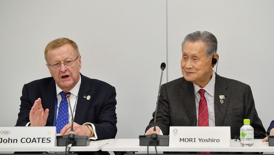 Yoshiro Mori (rechts) und John Coates, Vorsitzender der Koordinierungskommission für die Olympischen Spiele in Tokio