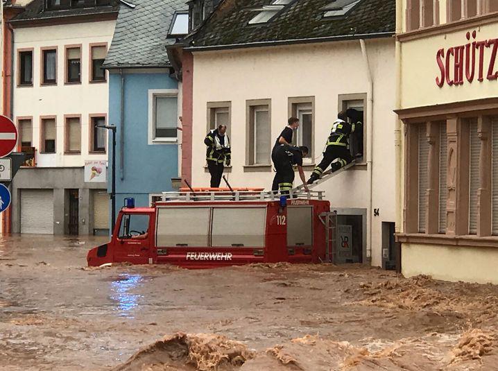 Feuerwehrleute helfen im Trier Stadtteil Ehrang