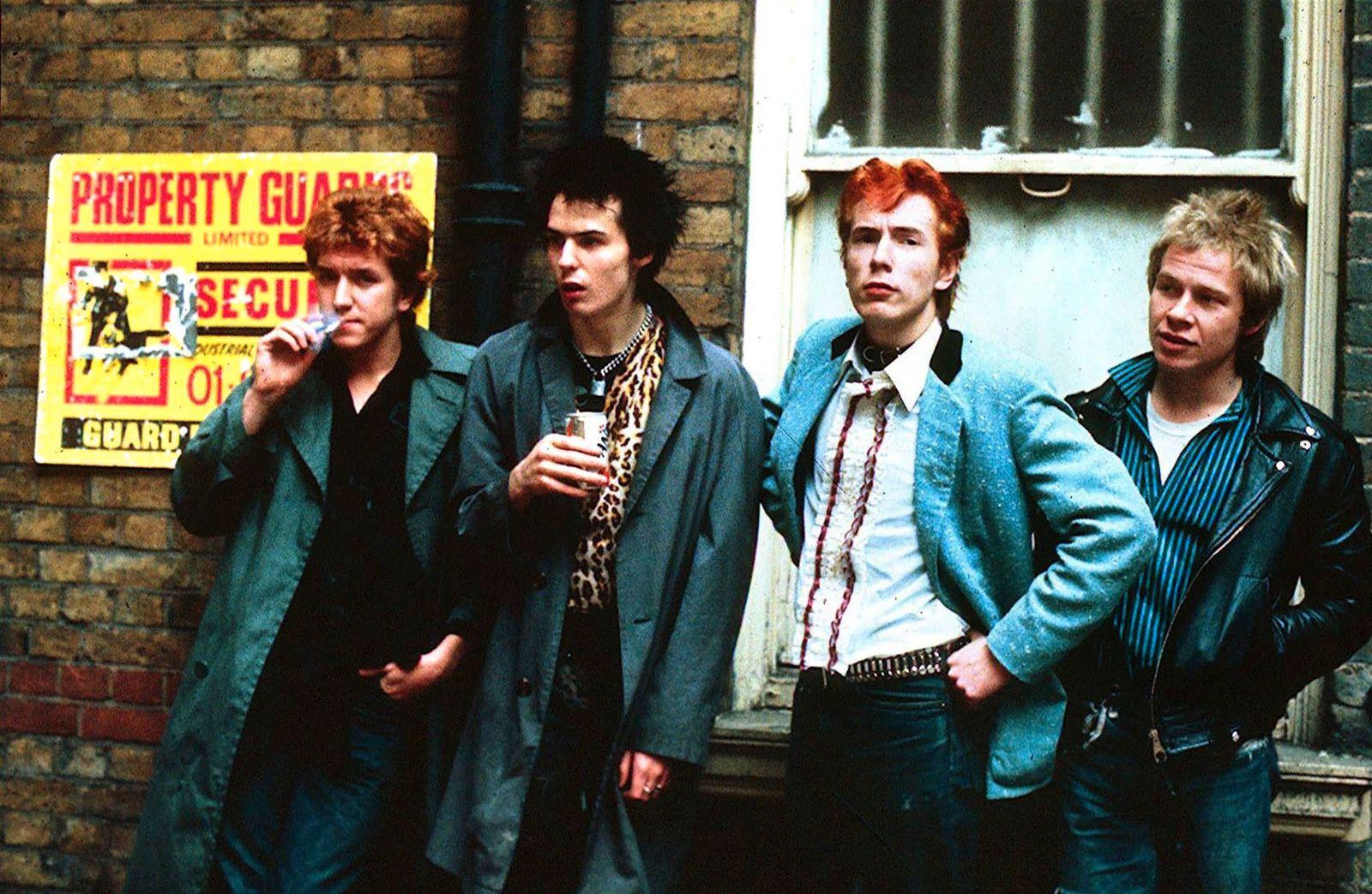 V.l.n.r.: Gitarrist Steve Jones, Bassist Sid Vicious, S‰nger Johnny Rotten und Schlagzeuger Paul Cook (alle Sex Pistols