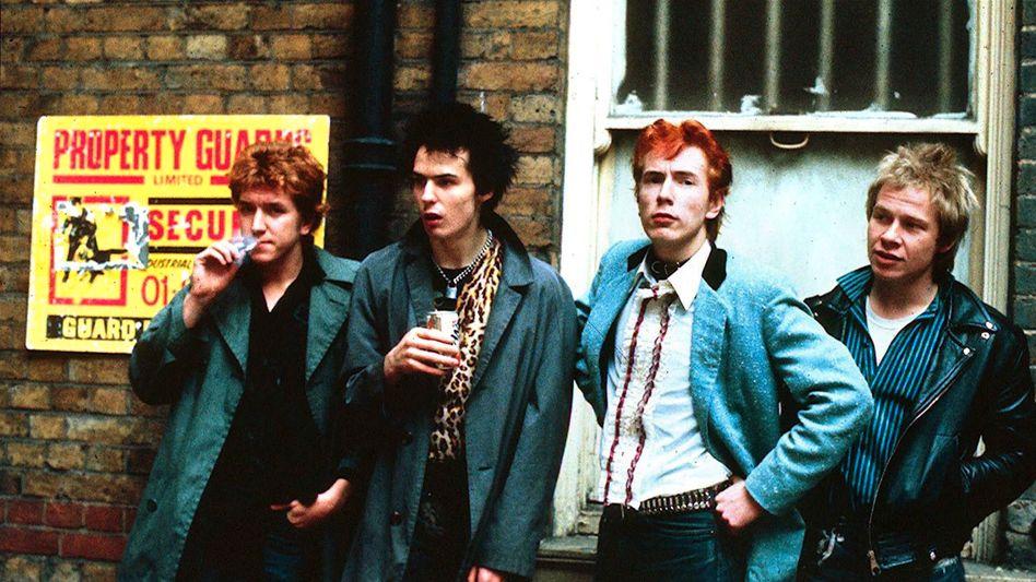 Die »Sex Pistols« in London: Johnny Rotten (2.v.r.) findet die Memoiren »respektlos«