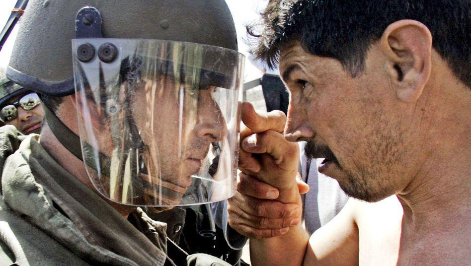 Konfrontation: Israelischer Soldat und palästinensischer Demonstrant nahe Ramallah