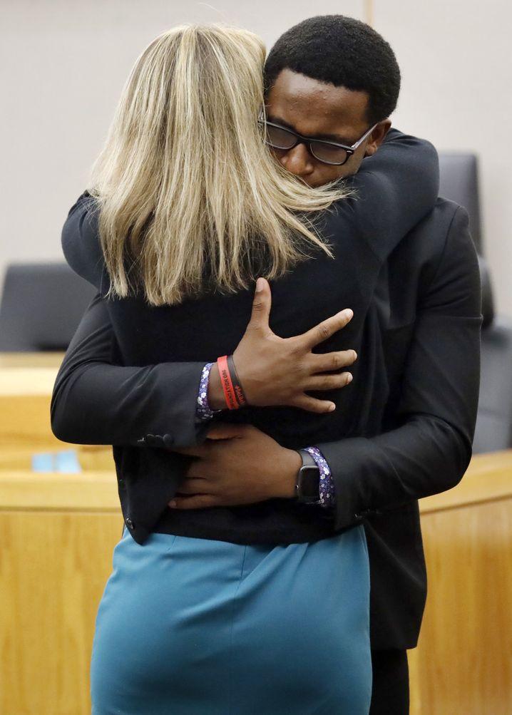 Ein Bruder des Opfers umarmt die wegen Mordes verurteilte Ex-Polizistin: Sie war in die Wohnung ihres Nachbarn eingedrungen und hatte den unbewaffneten 26-Jährigen erschossen