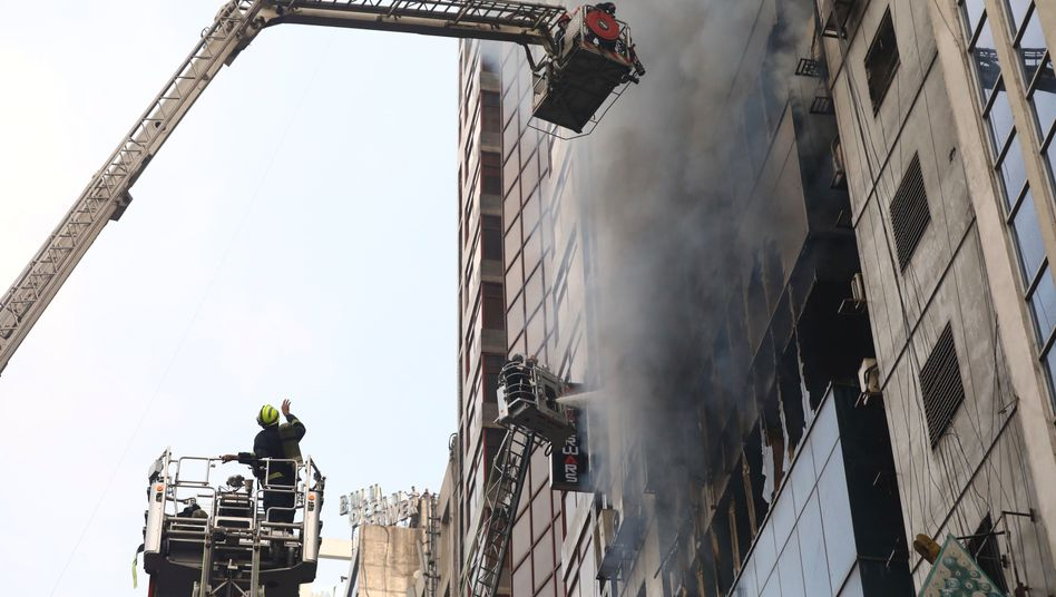 Feuerwehrleute bekämpfen einen Hochhausbrand in Bangladeschs Hauptstadt Dhaka