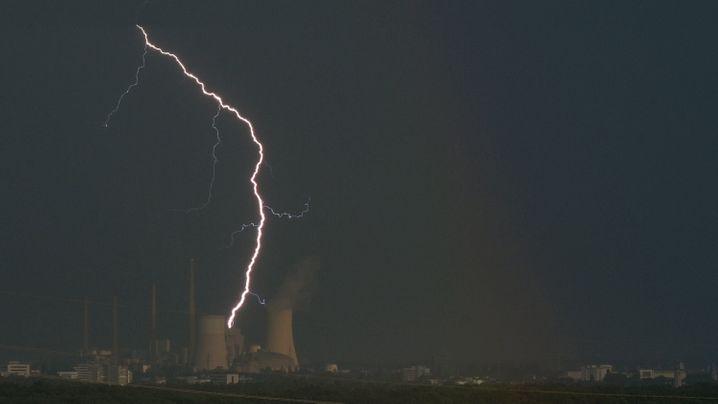 Blitz über dem Kraftwerk Staudinger bei Hanau in Hessen