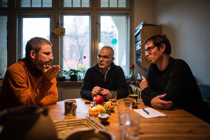 SPIEGEL-Korrespondent Maximilian Popp im Gespräch mit den Menschenrechtsaktivisten Peter Steudtner und Ali Gharavi nach deren Freilassung