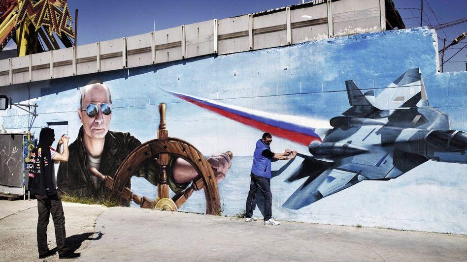 Touristen vor Wandgemälde in Jalta