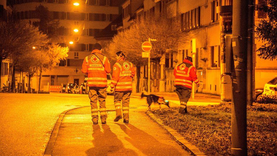 DRK-Helfer suchen in der Nacht zum Dienstag in Stuttgart nach dem vermissten Sechsjährigen