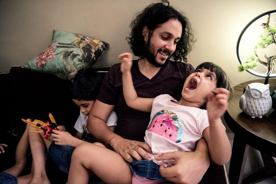 Vater Ishaan spielt mit Tochter Nafisa