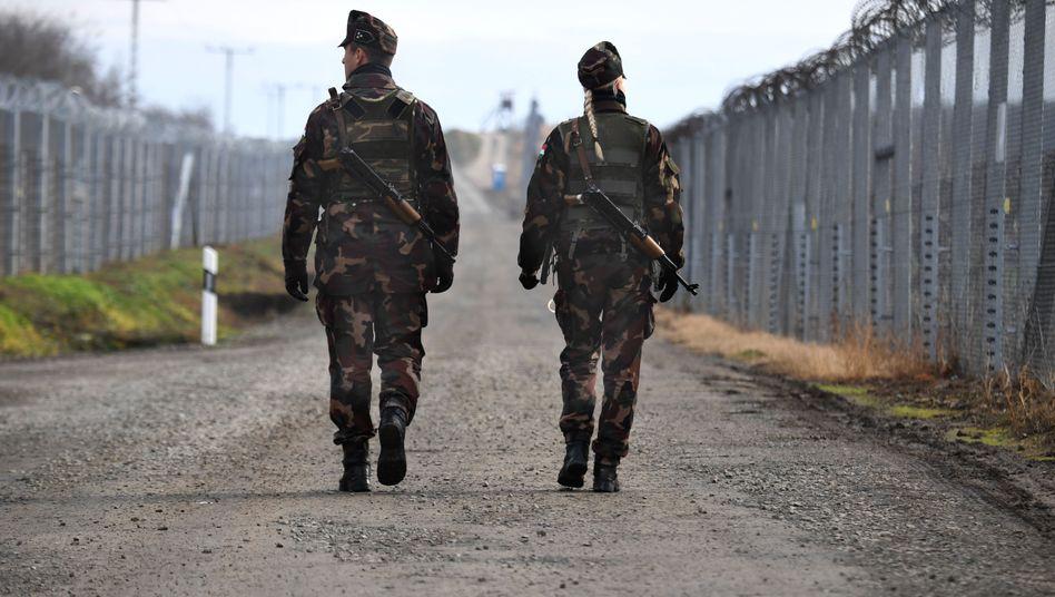 Soldaten am Anti-Flüchtlingszaun an der ungarisch-serbischen Grenze