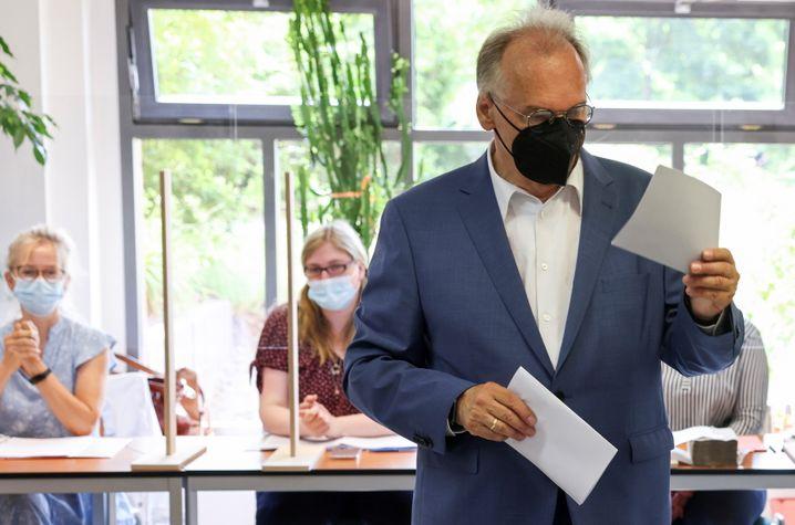 Jetzt bloß nichts falsch machen: Ministerpräsident Haseloff am Sonntag bei der Stimmabgabe in Wittenberg