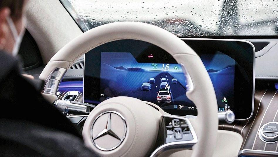 Testfahrer in einem hochautomatisierten Auto