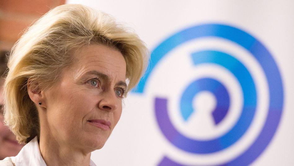 Von der Leyen (vor dem Logo des Nato-Cyberabwehrzentrums in Tallinn): Sorge vor digitalen Attacken