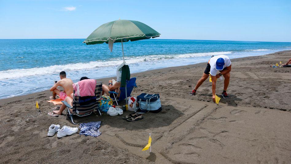 Urlauber in Malaga: Der Strand wurde am Montag wieder geöffnet