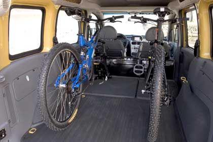 Neues Fahrradträger-Konzept: Aufrechter Transport von Rädern im Gepäckraum