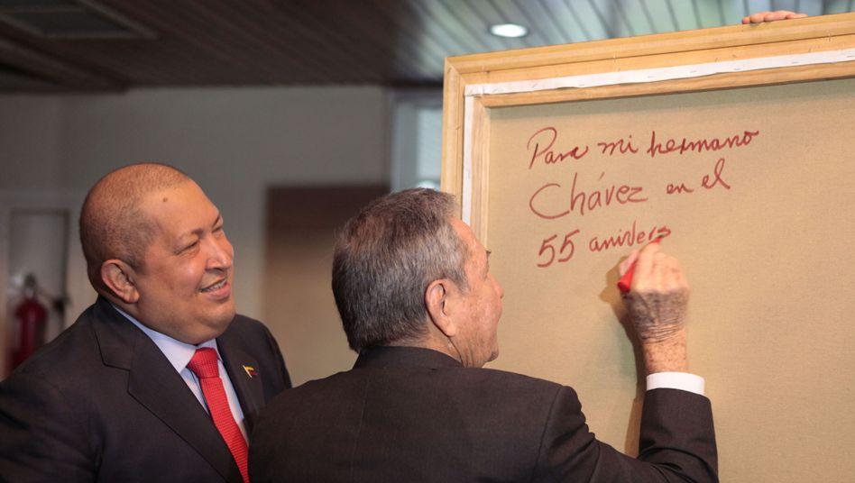 Kubas Präsident Raul Castro (rechts): Grüße an Venezuelas Präsident Hugo Chávez
