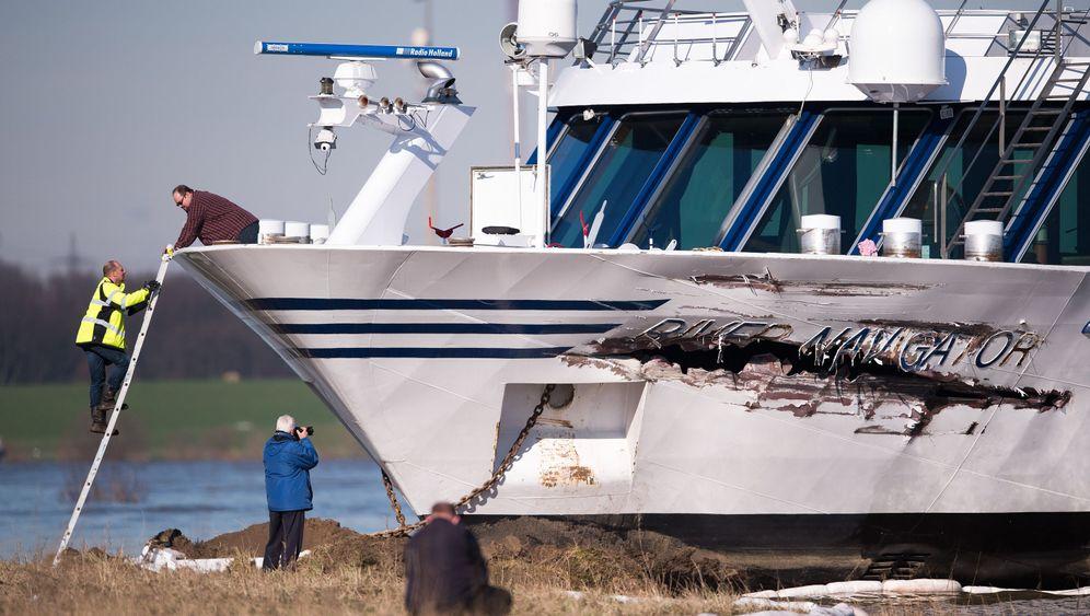 Passagierschiff in Duisburg: Crash in der Hafeneinfahrt