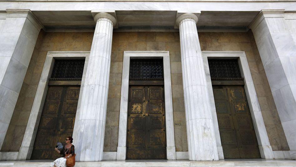 Eine Frau vor einer Bank in Athen (Archivbild)
