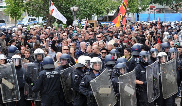 Rechtsextreme und Hooligans ziehen im Sommer 2015 begleitet von Polizeieinheiten durch die Innenstadt von Frankfurt am Main