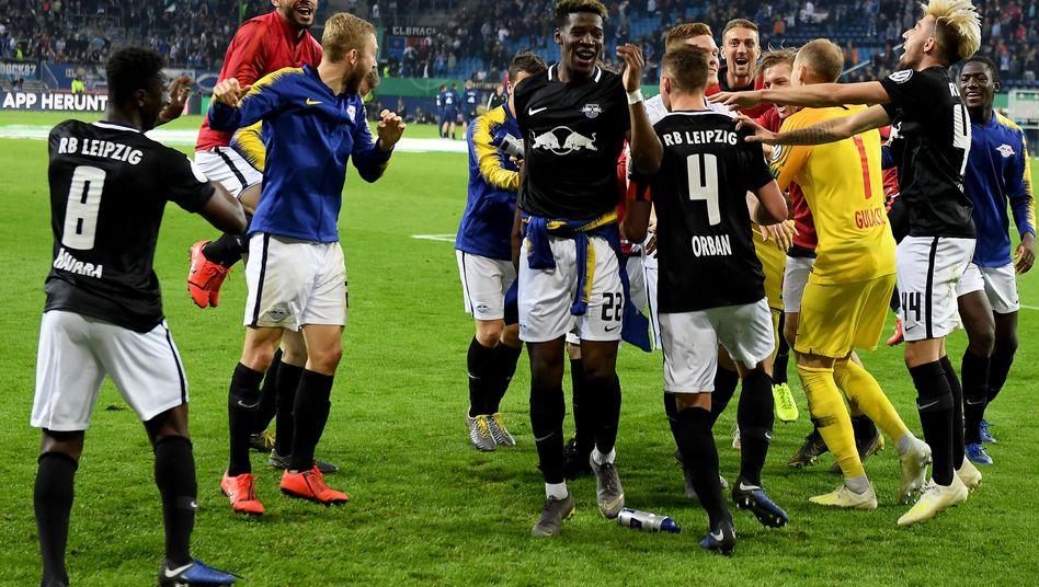 Erster Einzug ins DFB-Pokalfinale für RB Leipzig. Die Spieler um Kevin Kampl (r.) führten einen Freudentanz auf.