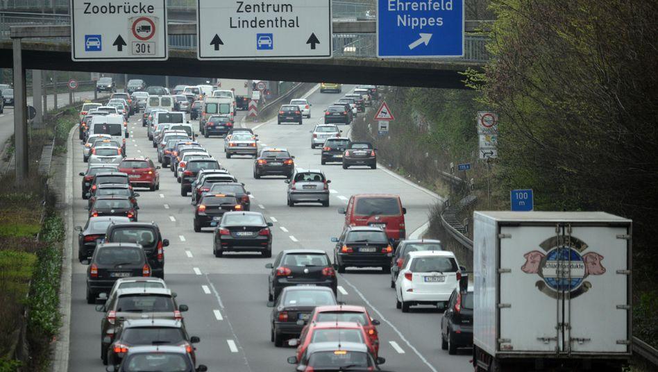Stau auf der A57 in Köln: Die Strecke soll sechsspurig ausgebaut werden.