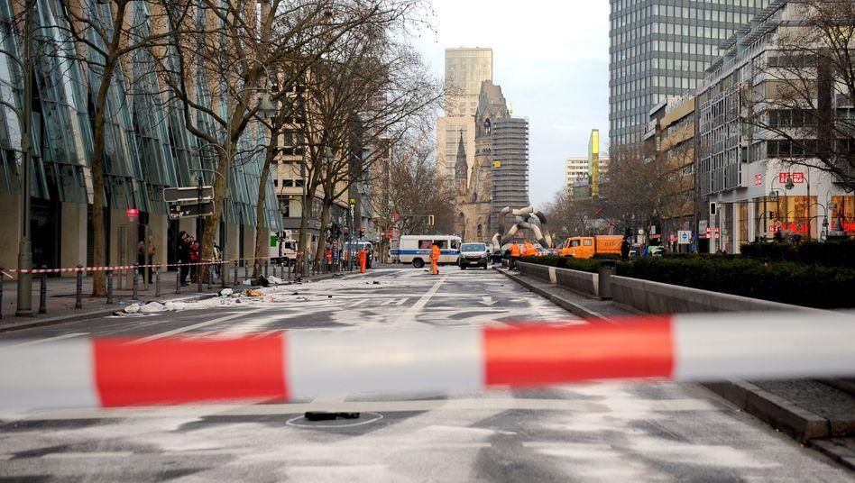 Unfallstelle 2016 in Berlin: Zwei junge Männer rasten über den Kurfürstendamm und die Tauentzienstraße