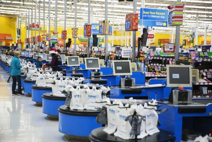 Endlose Regale und Kassen in einem Walmart in New Jersey