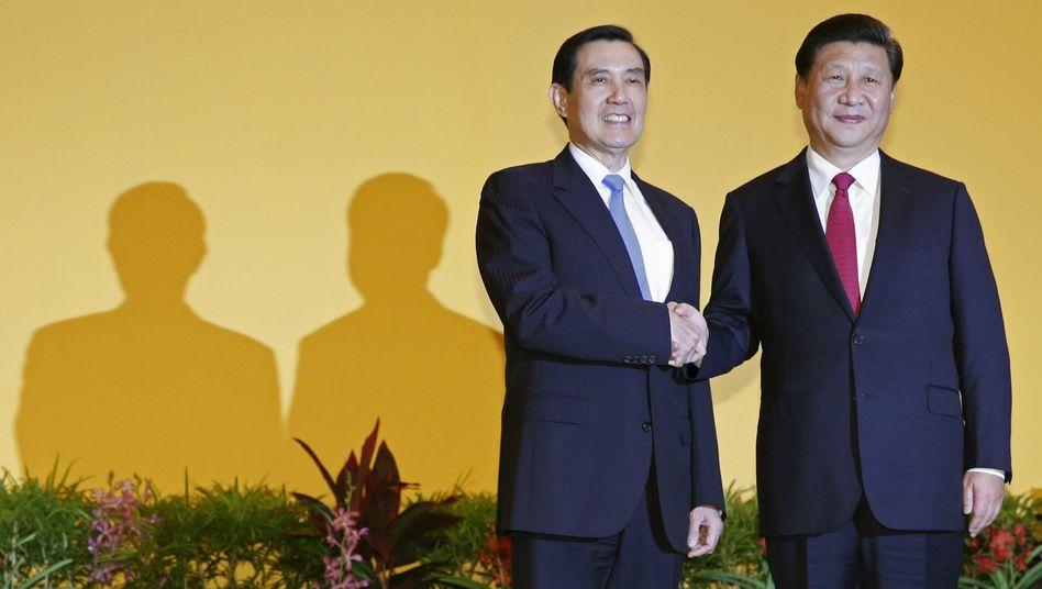 Chinas Präsident Xi Jinping (r.) und Taiwans Präsident Ma Ying-jeou: Historischer Handschlag Anfang November