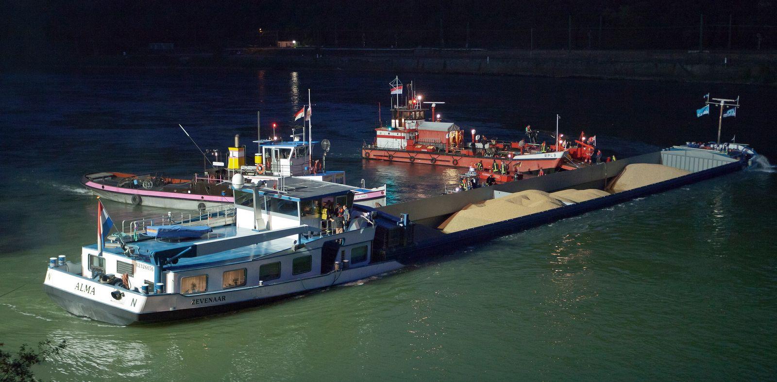 NICHT VERWENDEN Havariertes Binnenschiff Rhein