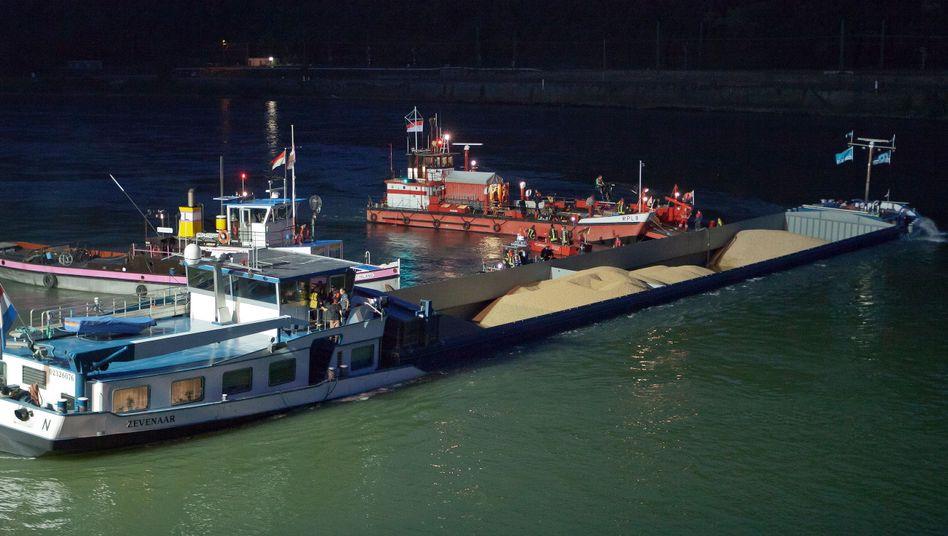 Havariertes Schiff am Donnerstagabend: Quer im Rhein