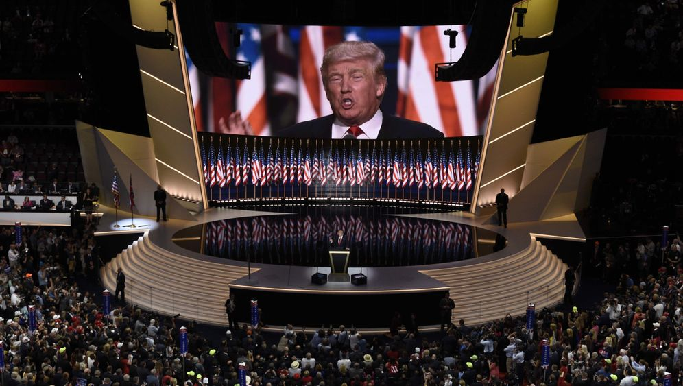 Parteitag der US-Republikaner: Trump spricht, der Saal applaudiert