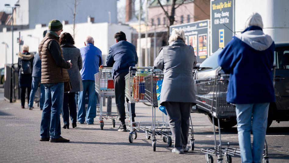 Schlange vor einem Berliner Supermarkt (im März 2020): »Bund und Länder agieren nur noch im Tunnelmodus«