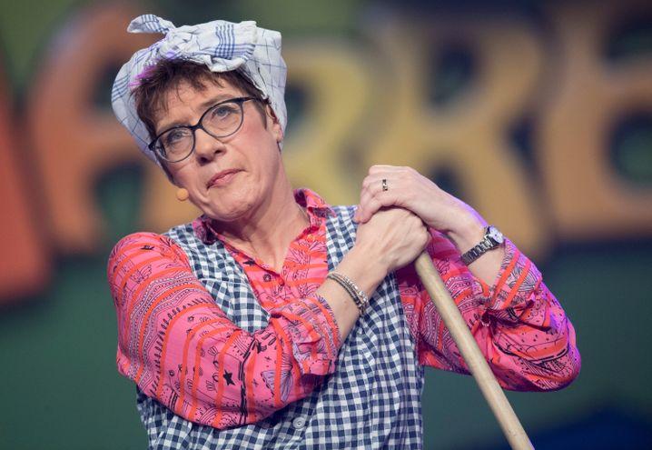 """Annegret Kramp-Karrenbauer als """"Putzfrau Gretl"""""""