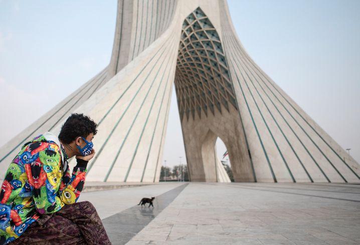 Menschenleerer Platz in Teheran: Kein anderes Land in der Region traf das Virus so heftig