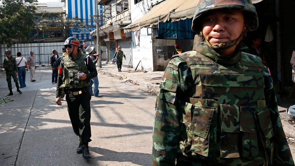 Soldaten in Bangkok: Bei Explosionen war am Sonntag ein Mensch gestorben