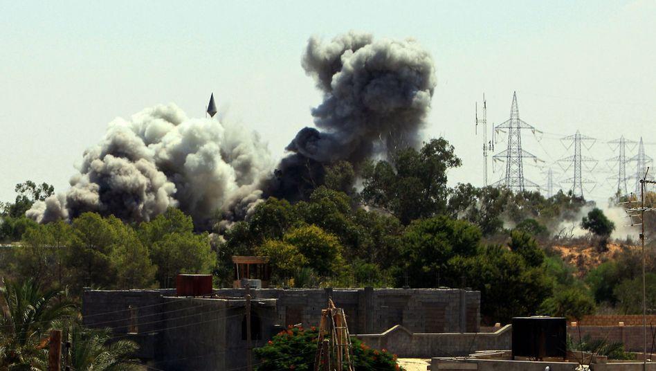 Rauchwolke über Tadschura, einem Vorort von Tripolis: Nato verstärkt Angriffe