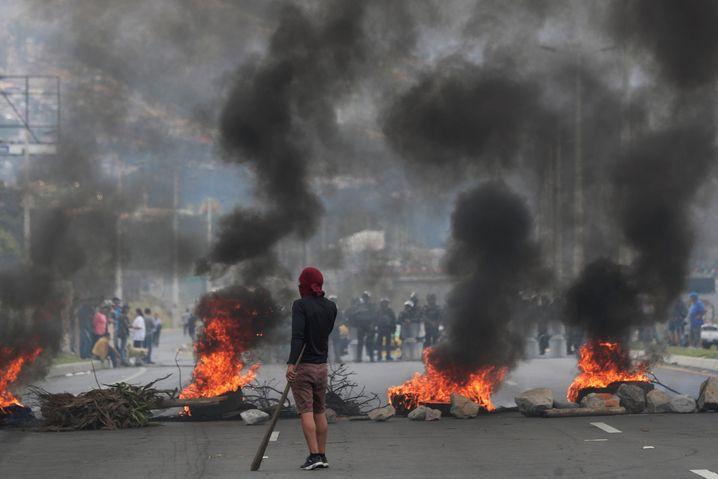 Brennende Barrikaden: Unklar, ob Moreno den Sturm der Entrüstung im Amt übersteht