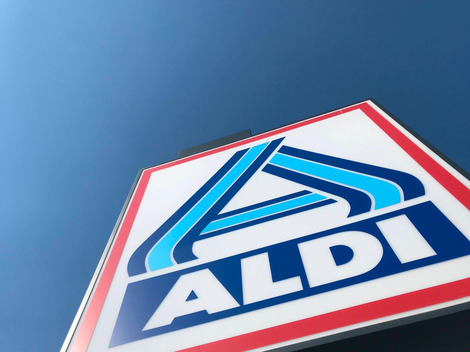 Aldi Logo an einer Filiale in Hamburg 29.03.2020 *** Aldi logo at a branch in Hamburg 29 03 2020