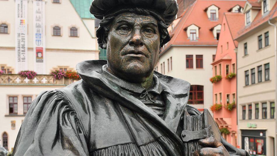 Das Denkmal für Martin Luther auf dem Marktplatz in Eisleben (Sachsen-Anhalt).