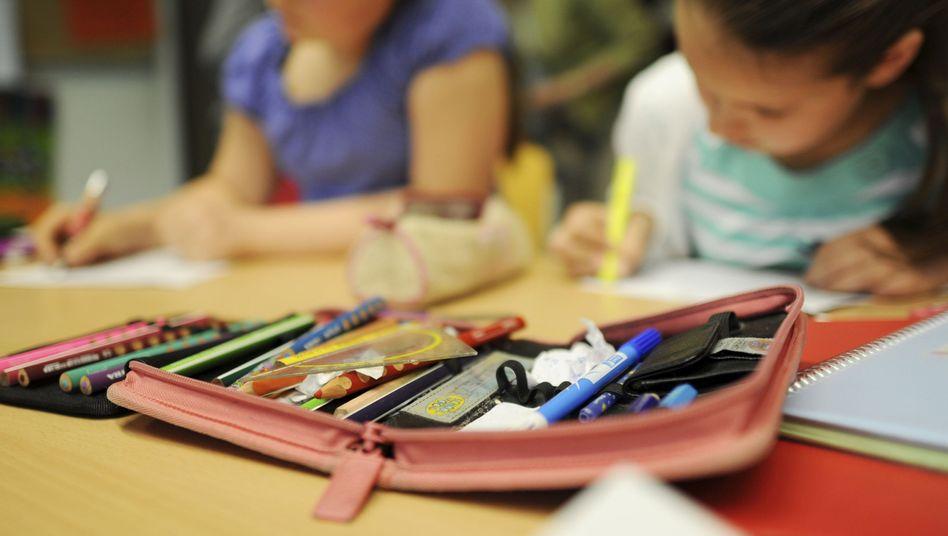 Schülerinnen beim Lernen: Besonders Mädchen scheinen von viel Bewegung zu profitieren